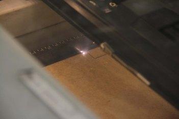 und lasert.